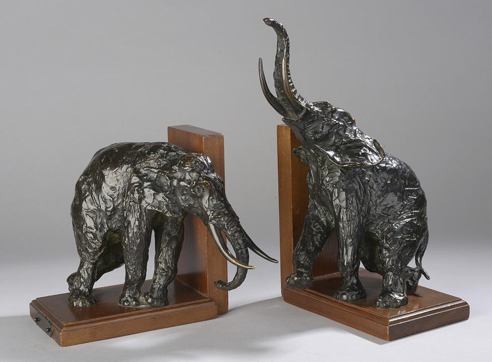 Ein Paar seltene Buchstützen von Elefanten in verschiedenen Posen