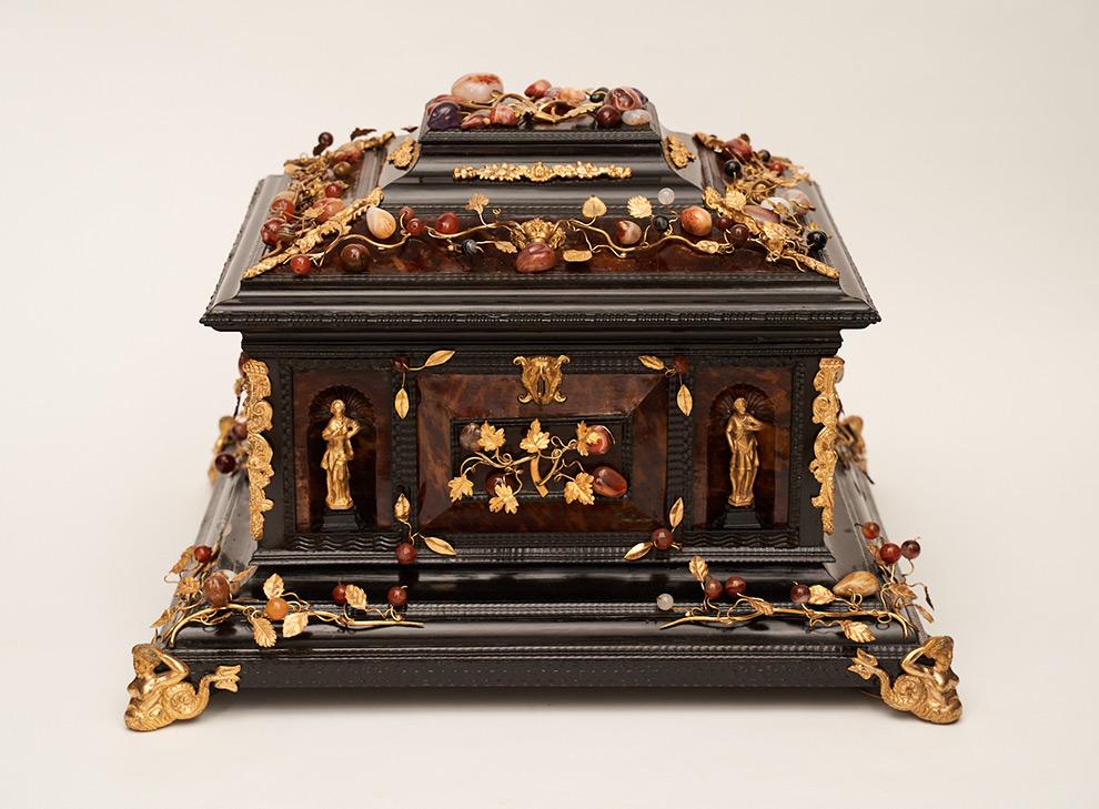 Große bedeutende Ebenholzschatulle mit applizierter vergoldeter Bronze und Halbedelsteinen