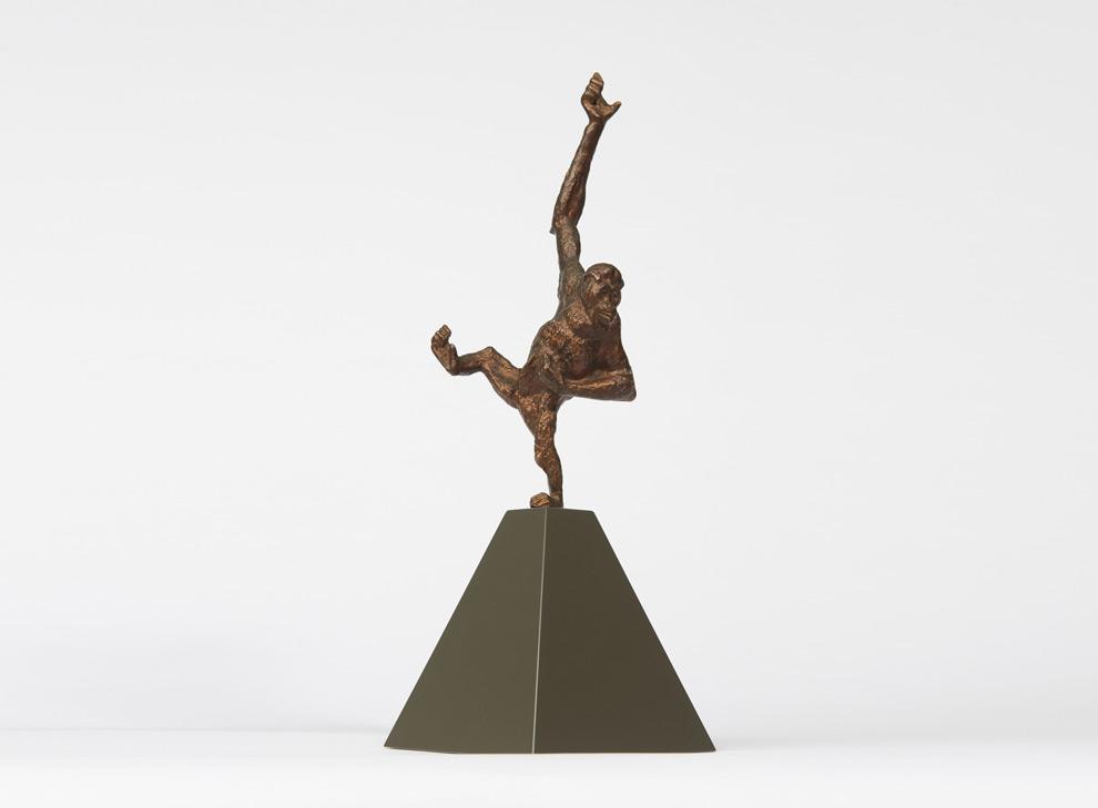 Skulptur eines kletternden Orang-Utans