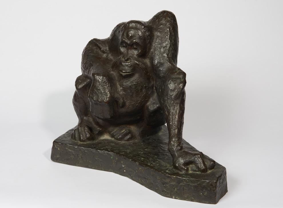 Skulptur eines sitzenden Orang-Utans
