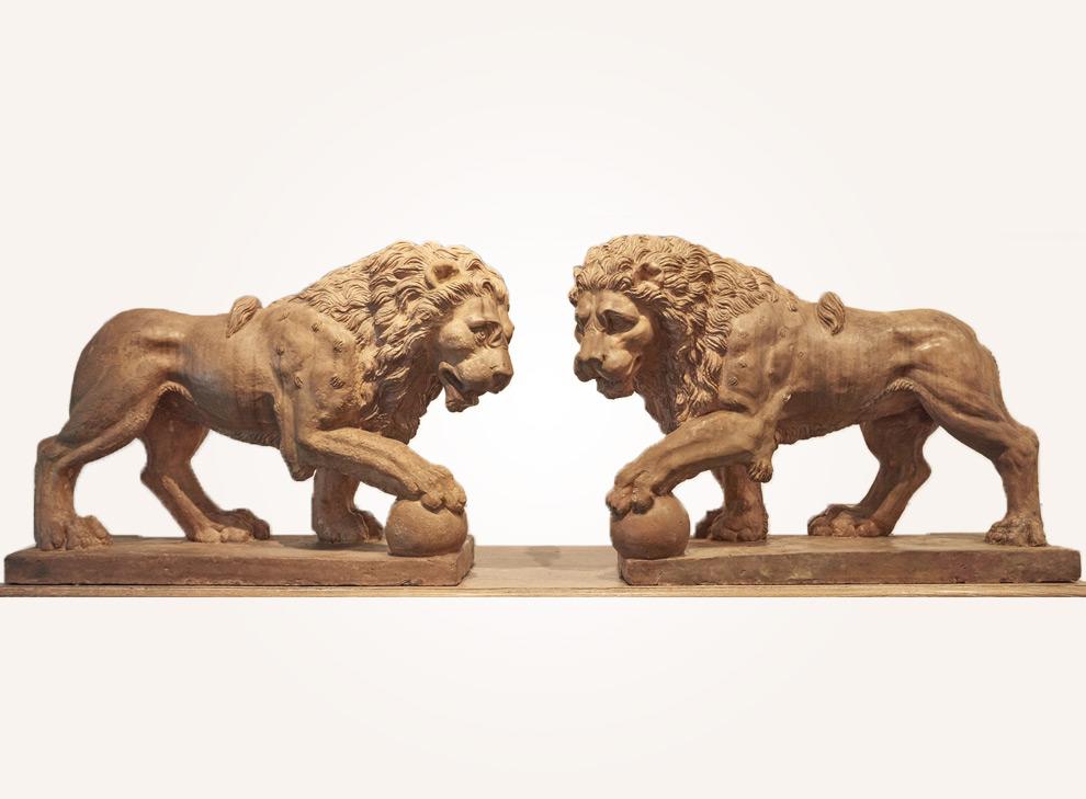 Une paire de grands lions en terre cuite