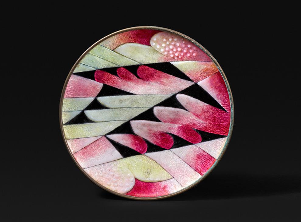 Plat en cuivre émaillé à motif de plumes roses et jaunes