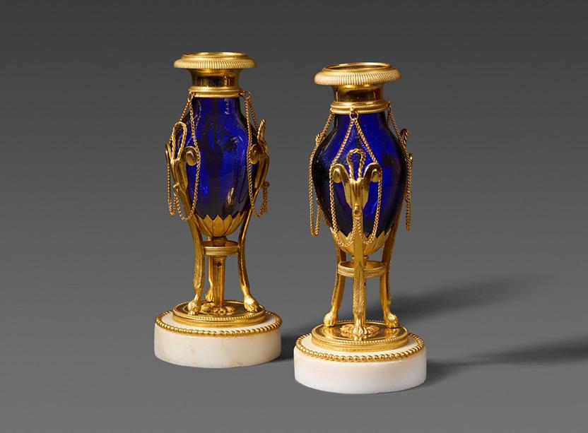 Ein paar Kobalt blaue Glas Vasen mit vergoldeter Bronze