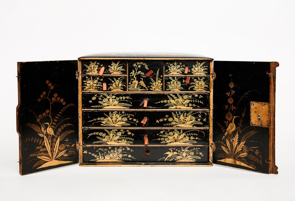 Small beech cabinet with Chinese varnish decor