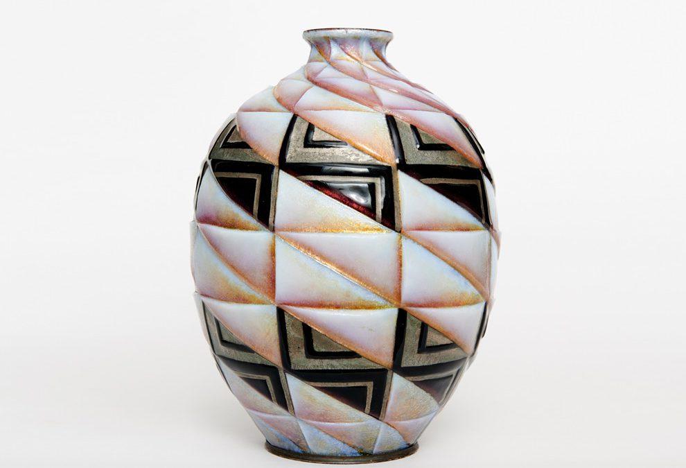 Emaillierte Kupfervase im geometrischen Dekor