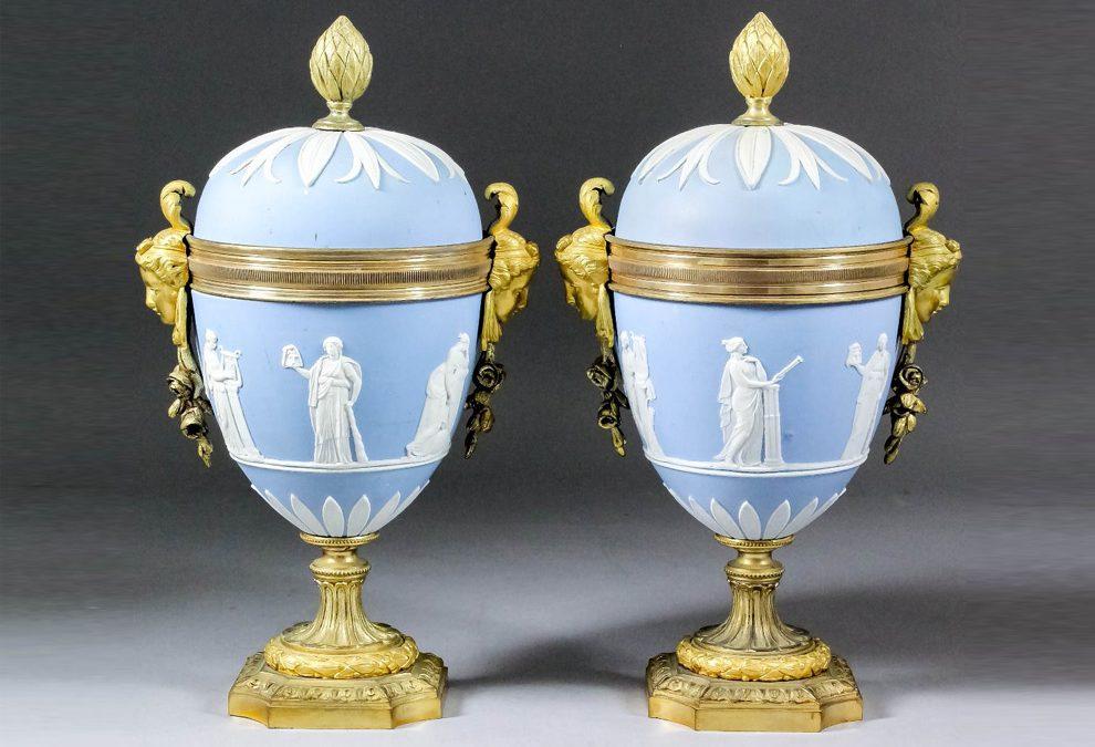 Ein Paar blaue Wedgwood Jasperware-Urnen