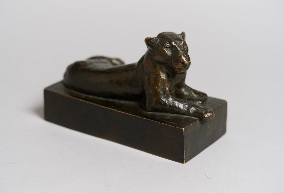 Skulptur einer liegenden Löwin