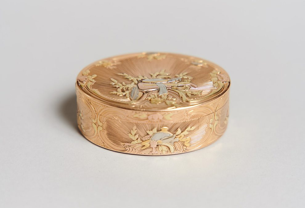A vari-colour gold snuff-box