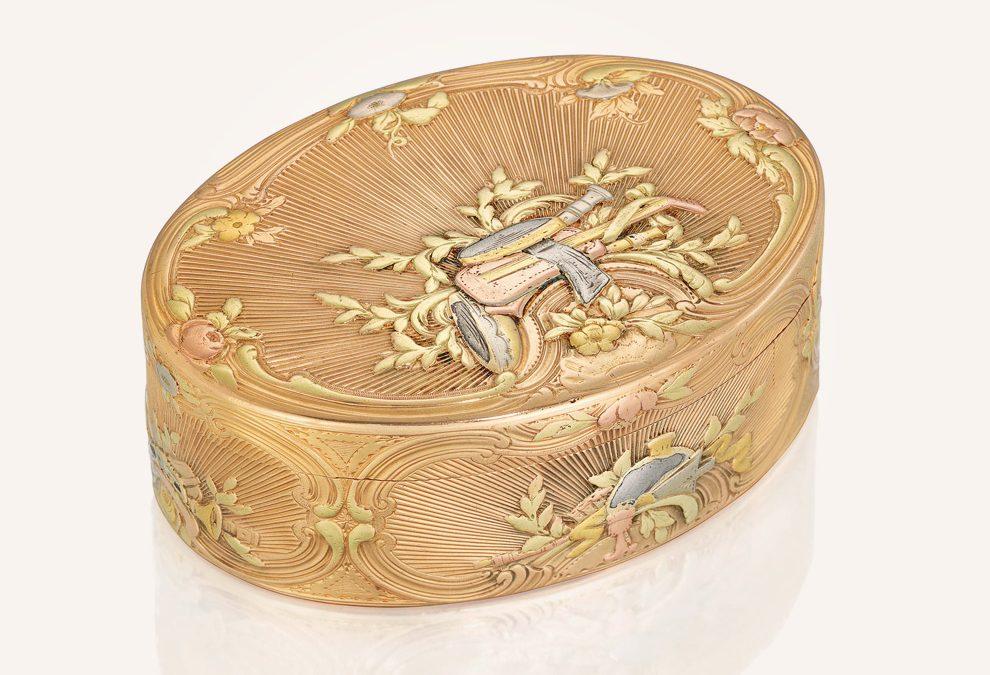 Une tabatière dorée à priser de différentes couleurs