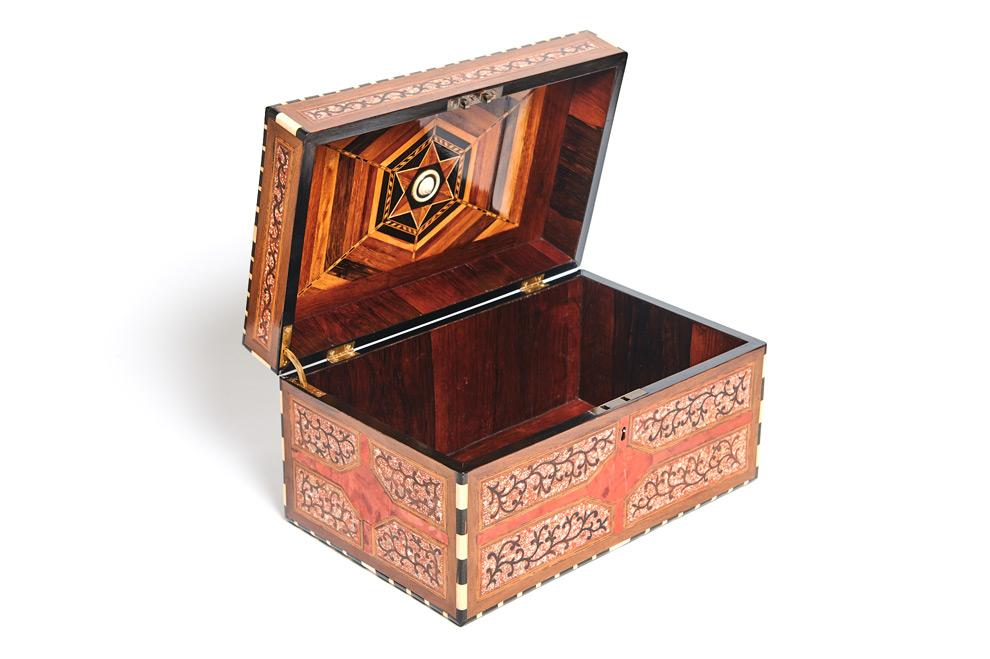 Eine flämische Lack- und Schildpattdose mit Intarsien