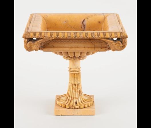 Coupe sur pied agrémentée de quatre oiseaux sur les coins  marbre en terre de Sienne