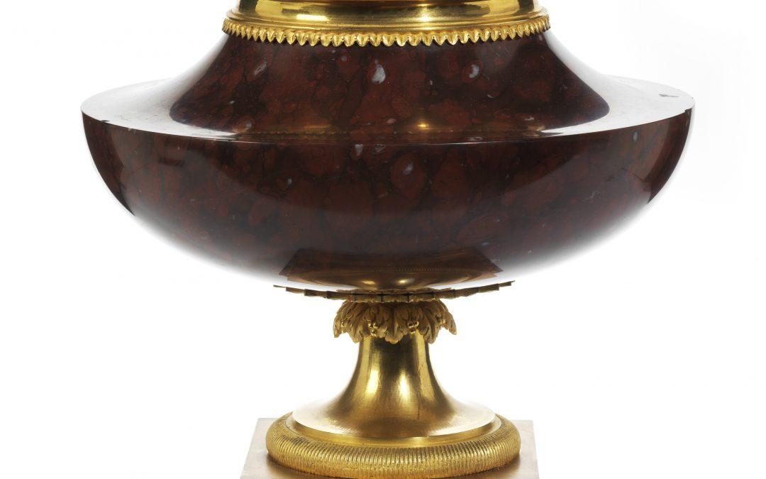 Feine Deckelvase in Griotte Marmor