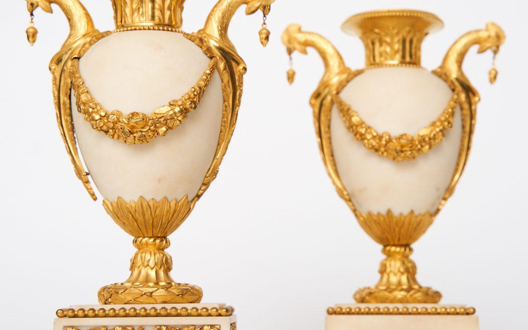 Ein Paar vergoldete weiße Marmorvasen